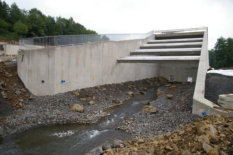 Bau eines Hochwasserrückhaltebeckens